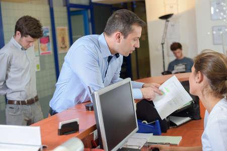 Photo pour client showing a paper - image libre de droit