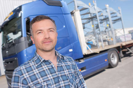Photo pour man and truck - image libre de droit