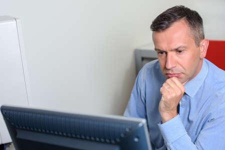 Photo pour Man in office on computer - image libre de droit