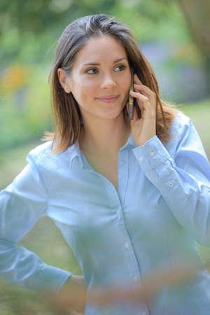 Photo pour Smiling woman on cellphone - image libre de droit