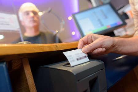 Foto für assistant serving customers taking order and print receipt - Lizenzfreies Bild