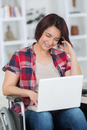 Photo pour after devastating accident she works from home while recovering - image libre de droit