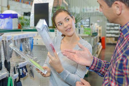 Photo pour Couple discussing which knife to buy - image libre de droit