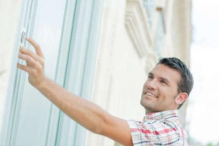Photo pour Man ringing at a door - image libre de droit