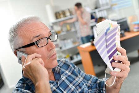 Photo pour old man choosing colors - image libre de droit