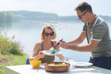 Photo pour couple on picnic - image libre de droit