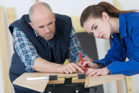 Photo pour carpenter with female apprentice in training period - image libre de droit