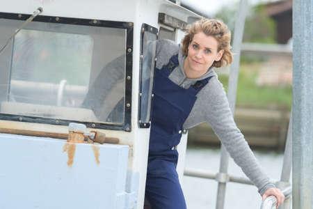 Photo pour woman drives the boat - image libre de droit