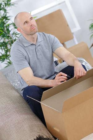 Photo pour man packing boxes - image libre de droit