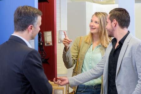 Photo pour couple visiting appartment - image libre de droit