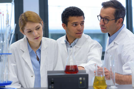 Photo pour engineering students working in the lab - image libre de droit