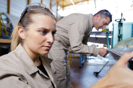 Photo pour concentrated woman working in an industry - image libre de droit