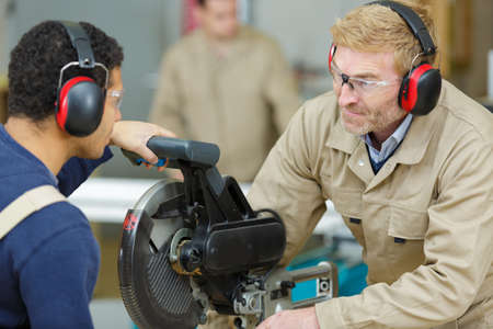 Photo pour student in carpentry class using circular saw - image libre de droit