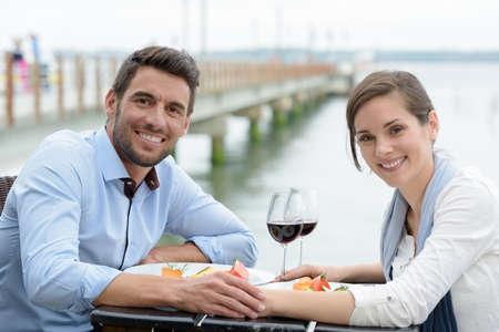 Photo pour couple having dinner outdoors - image libre de droit