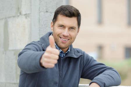 Photo pour happy handsomen builder showing thumb up - image libre de droit