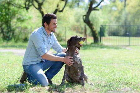 Photo pour man playing ball with his dog - image libre de droit