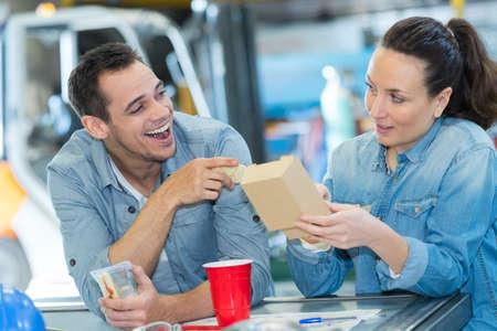 Photo pour woman and man having lunch break while talking - image libre de droit