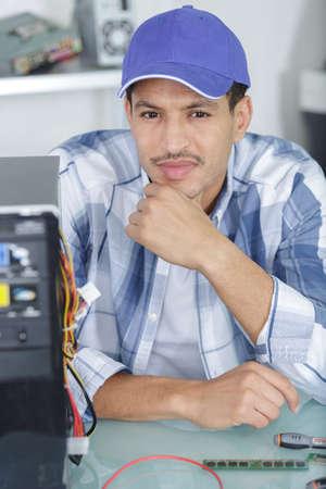 Photo pour worker posing next to pc - image libre de droit