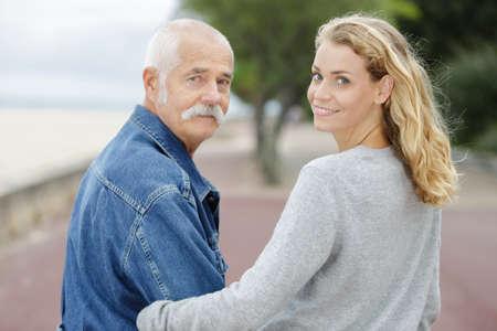 Photo pour father and daughter on the beach - image libre de droit