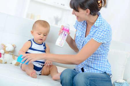 Photo pour baby drinking milk from a bottle - image libre de droit