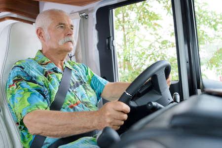 Photo pour senior man driving a camper van - image libre de droit