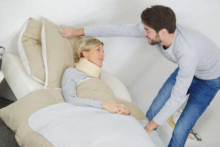 Photo pour son helps his mum suffering with a cervical collar - image libre de droit