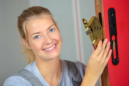 Photo pour a woman changing the lock - image libre de droit