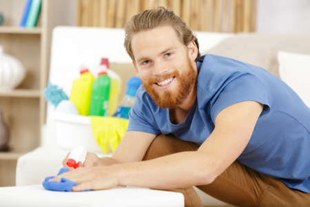 Photo pour happy bearded man cleaning his flat - image libre de droit