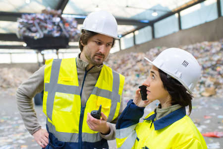 Photo pour manager and worker talking in recycling plant - image libre de droit