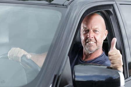 Photo pour man in a car with thumbs up - image libre de droit