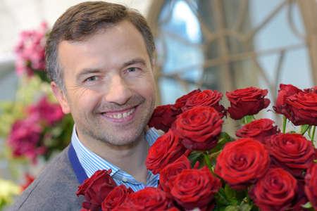 Photo pour man holding a bouquet of roses - image libre de droit