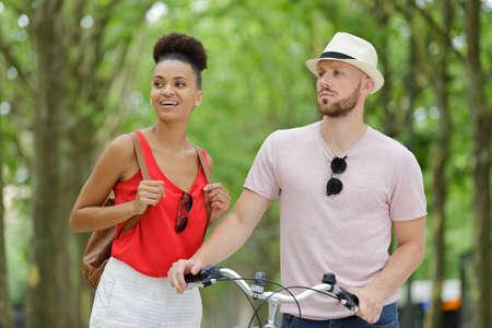 Photo pour happy couple in city with bike - image libre de droit