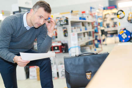 Photo pour business thinking in a shop - image libre de droit