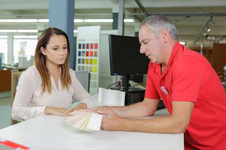 Photo pour hardwarer store worker with female customer - image libre de droit