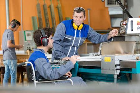 Photo pour guiding a handicapped carpentry apprentice - image libre de droit