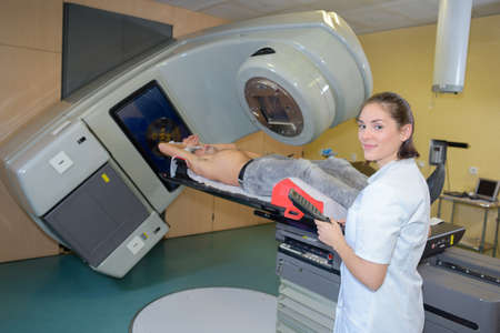 Photo pour confident radiologist preparing patient for xray - image libre de droit