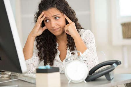 Photo pour businesswoman is overloaded with work - image libre de droit