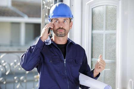 Photo pour builder man is speaking to client on the phone - image libre de droit