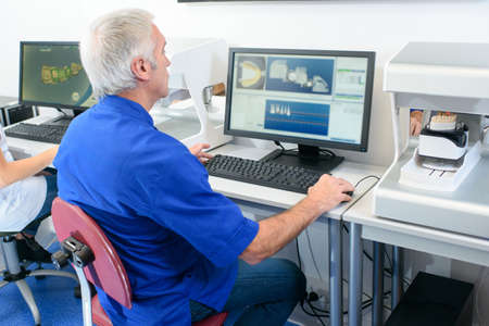 Photo pour a dentist checks the computer - image libre de droit
