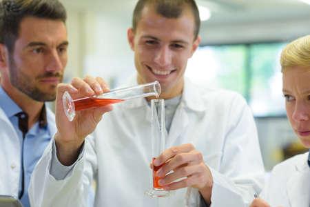 Photo pour male intern mixing orange formula - image libre de droit