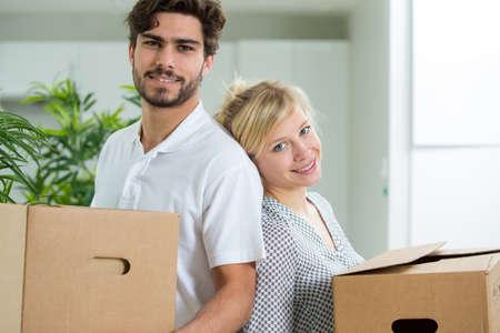 Photo pour young couple moving into a new house - image libre de droit