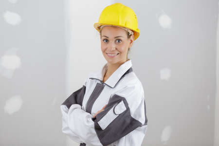 Photo pour smiling successful woman builder posing with crossed arms - image libre de droit