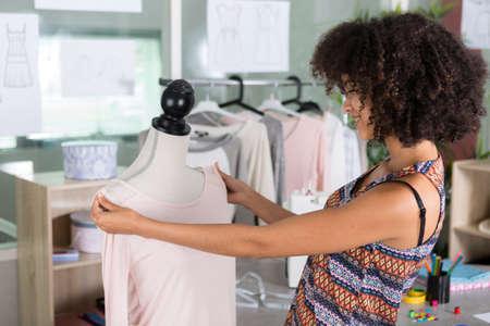 Photo pour woman tailor working on dress - image libre de droit
