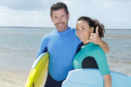 Photo pour surfer friends on a beach with a surfing boards - image libre de droit