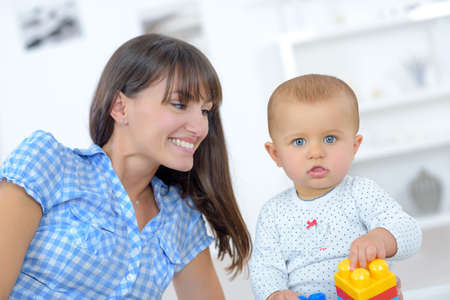 Photo pour baby playing the a toy - image libre de droit