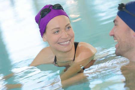Photo pour couple swimming in the pool - image libre de droit