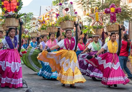 Photo pour OAXACA, OAXACA, MEXICO- JULY 6, 2019: Young women dressed with traditional clothes during the Convite, a party made for invite to a big traditional party called Guelaguetza in Oaxaca, Mexico - image libre de droit
