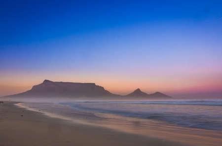 Photo pour View of Table Mountain at sunrise, Cape Town, South Africa from Milnerton Beach coastline - image libre de droit