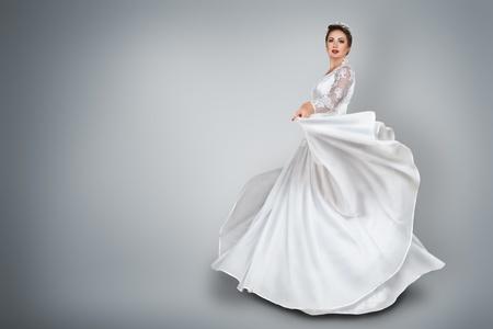 Photo pour Happy young bride in beautiful long wedding dress - image libre de droit