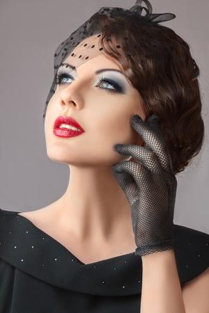 Photo pour Beautiful young woman retro style studio portrait - image libre de droit